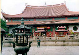 A young Grand Master Tham studies the fame and success of this temple. The master noted that the sha chi surrounding the temple have been already suppressed by the ancient Feng Shui master. The pond at the lower level was located at a right direction.